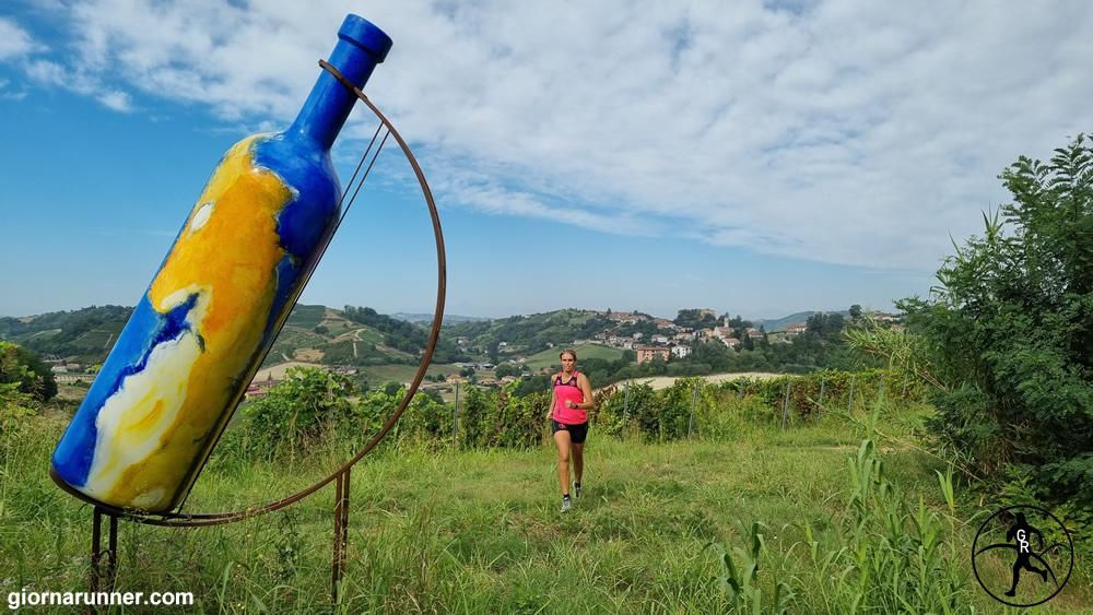 Bottiglia Gigante n. 2 a Mombercelli in estate