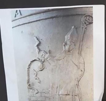 Particolare della campana con San Rocco, il pozzo e le saette