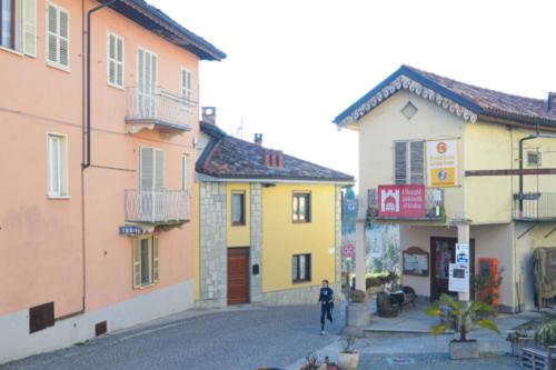 Cocconato, piazzetta Cavour e l'ufficio turistico