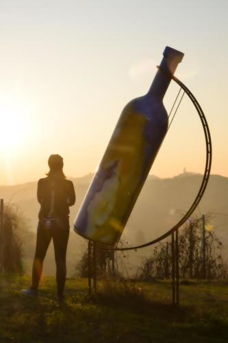 Tramonto dalla bottiglia gigante numero 2 di Mombercelli